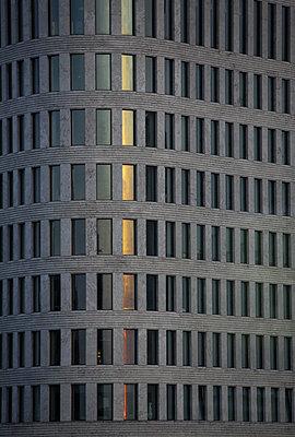 Berlin Fassade des Hotel Concorde in der naehe des Kudamms, das letzte Abendlicht spiegelt sich in den Fenstern - p627m1035270 von Hendrik Rauch