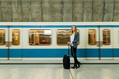 Frau mit Koffer - p081m1124918 von Alexander Keller