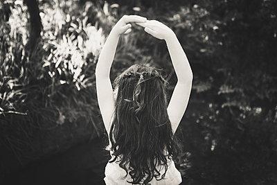 Mädchen posiert  im Garten - p1150m1041227 von Elise Ortiou Campion
