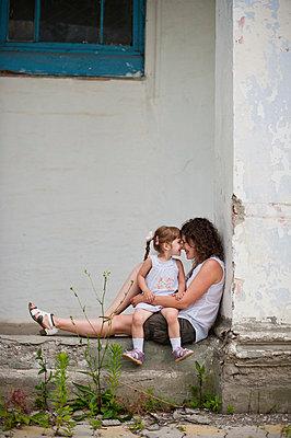 Mutter und Tochter kuscheln zusammen - p1412m1502838 von Svetlana Shemeleva