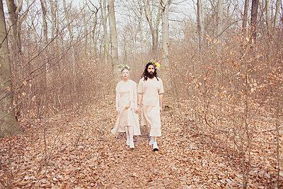 Paar im Wald - p1429m1502611 von Eva-Marlene Etzel
