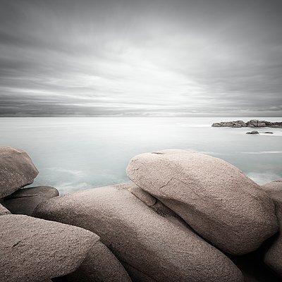 Felsen am Strand - p1137m1497592 von Yann Grancher