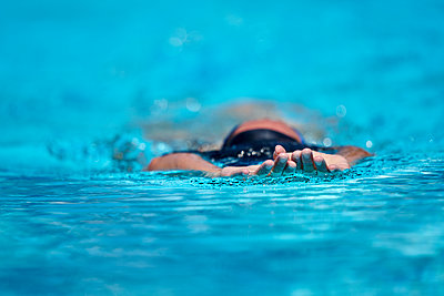 Close up of swimmers hands and head - p1166m2095687 by Cavan Images