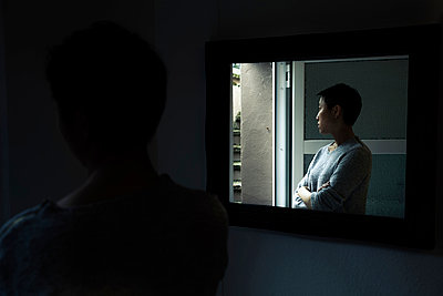 Asiatin und Spiegel - p1180m963196 von chillagano