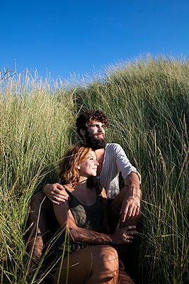 Junges Paar den in Dünen - p1212m1168703 von harry + lidy