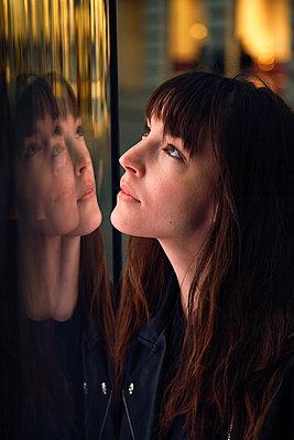 Frau doppelt im Schaufenster - p1356m1475011 von Markus Rauchenwald