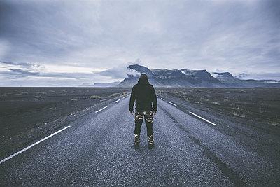 Mann auf Straße - p1512m2037925 von Katrin Frohns