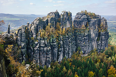 High angle view of rocky cliffs in forest, Elbe Sandstone Mountains - p301m1534998 by Halfdark