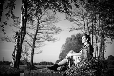 Picture in black and white of a woman in summer - p310m2289409 by Astrid Doerenbruch