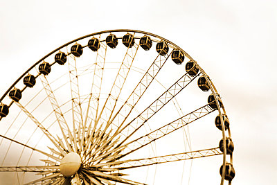 Ferris wheel - p836m1468097 by Benjamin Rondel