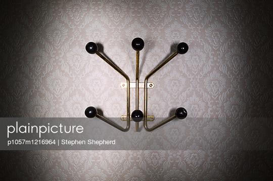 Alter Kleiderhaken an der Wand - p1057m1216964 von Stephen Shepherd