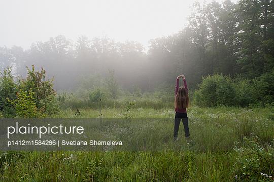 Weiblicher Teenager auf einer Wiese am frühen Morgen - p1412m1584296 von Svetlana Shemeleva