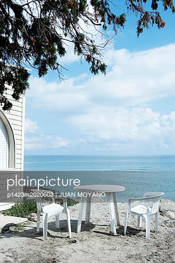 Stühle und Tisch am Strand - p1423m2020602 von JUAN MOYANO
