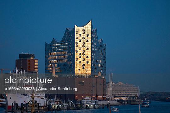 Elbe philharmonic hall - p1696m2293038 by Alexander Schönberg