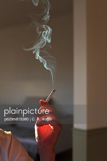 Frauenhand mit Zigarette - p629m815380 von C. A. Vogel