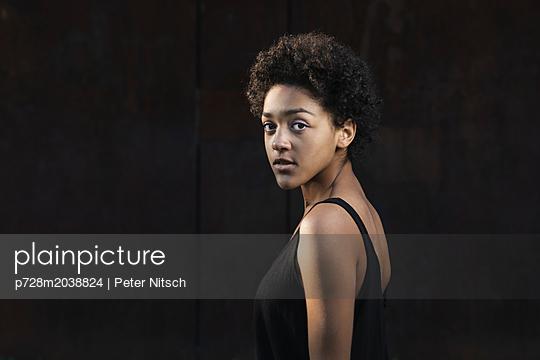 Weiblicher Teenager Porträt - p728m2038824 von Peter Nitsch