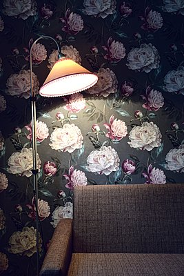 Sofa, Floor lampe and wallpaper - p1235m2150017 by Karoliina Norontaus