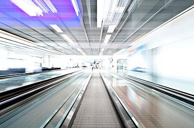 Laufband am Flughafen - p1250m1051145 von werner bartsch
