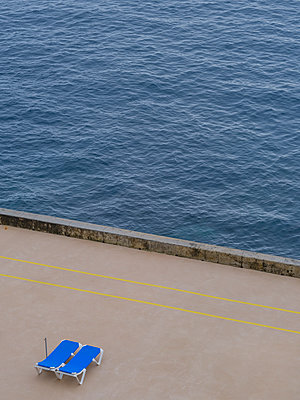 Portugal, Funchal, Madeira, Sunloungers - p1600m2175630 by Ole Spata