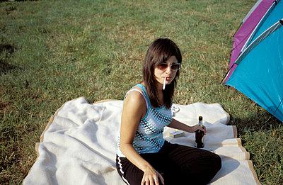 Frau mit Zigarette und Bier - p2130074 von Tanja Schöne