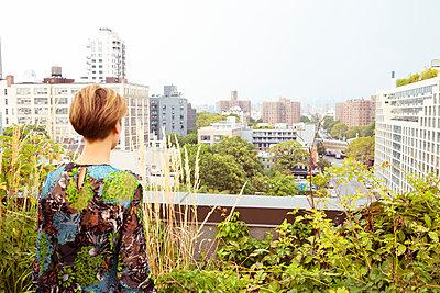 Frau blickt auf Straße - p432m1181438 von mia takahara