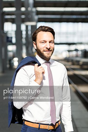 Geschäftsmann am Bahnsteig - p1114m1159762 von Carina Wendland