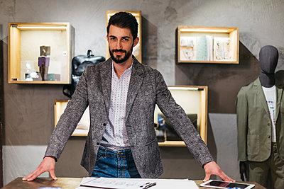 Portrait of confident man in menswear shop - p300m2024204 by Josep Rovirosa