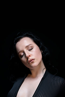 Portrait of woman with closed eyes - p427m2181245 by Ralf Mohr