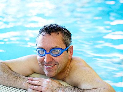 Mann im Schwimmbad  - p6430281f von senior images RF