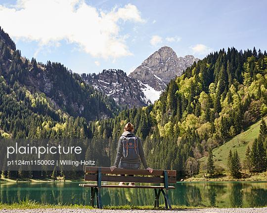 Frau blickt auf Bergsee in den Französischen Alpen - p1124m1150002 von Willing-Holtz