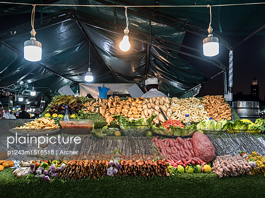 Fisch und Fleischstand auf dem Markt - p1243m1516518 von Archer