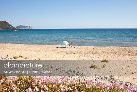 Fast leerer Strand - p454m2191543 von Lubitz + Dorner