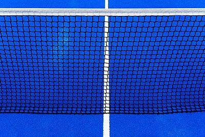 Blue Tennis court - p1166m2129295 by Cavan Images