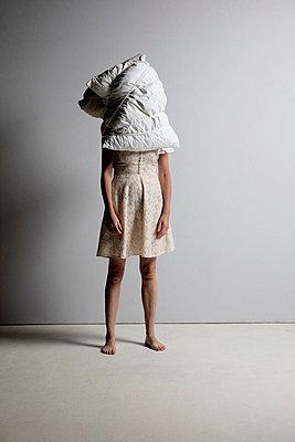 Frau mit Kissen als Kopf - p1212m1084190 von harry + lidy