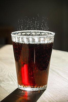 Sparkling soft drink in glass - p1418m2128104 by Jan Håkan Dahlström