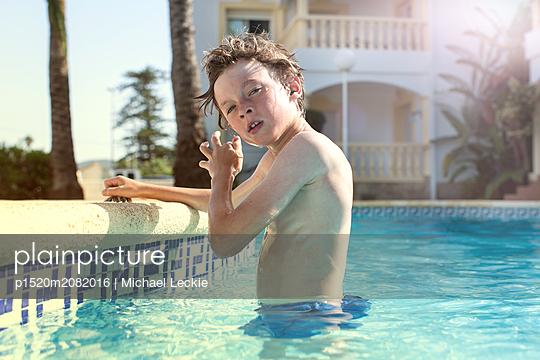 Junge im Pool - p1520m2082016 von Michael Leckie