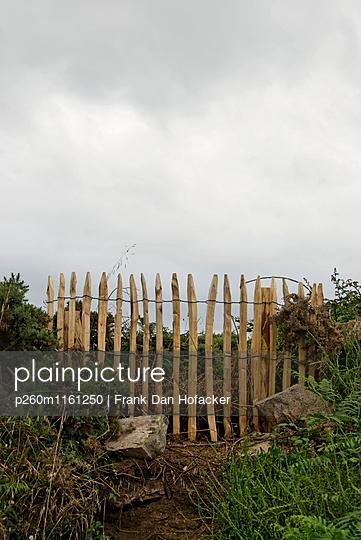 Kleiner Naturholzzaun - p260m1161250 von Frank Dan Hofacker