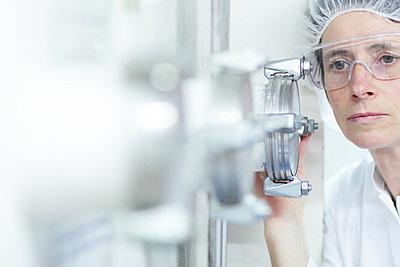 Scientist working in lab - p429m743935 by Sigrid Gombert