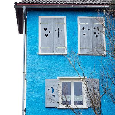 Blue house - p6060652 by Iris Friedrich