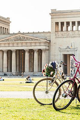 Fahrradpause am Königsplatz - p728m1225783 von Peter Nitsch