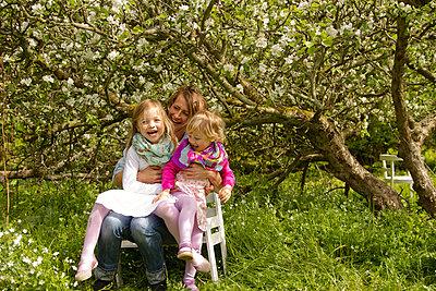 Kinder auf dem Schoß - p796m1031457 by Andrea Gottowik