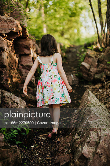 Young girl hikes through the trails at Palisades State Park. - p1166m2279590 by Cavan Images