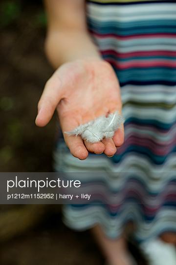 Federn auf Mädchenhand - p1212m1152952 von harry + lidy