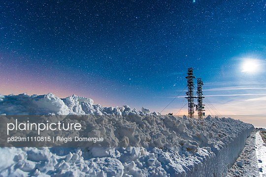 Antennae in the snow - p829m1110815 by Régis Domergue