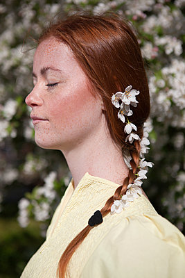 Mit Blüten im Haar träumen - p045m2089229 von Jasmin Sander