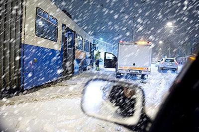 Street scene of stuck traffic in snow storm - p1025m780359f by Björn Andrén