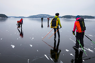 People ice skating on frozen lake against sky - p426m1407364 by Katja Kircher