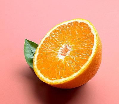 halbierte Orange  - p6430205f von senior images RF