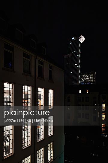 Bürohaus in der Nacht - p227m1191148 von Uwe Nölke