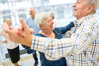 Group of active senior attending dance course in retirement home - p300m2207061 by Fotoagentur WESTEND61